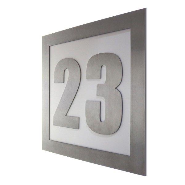 Hausnummer aus Edelstahl mit Acryl in weiß 30 Grad Ansicht