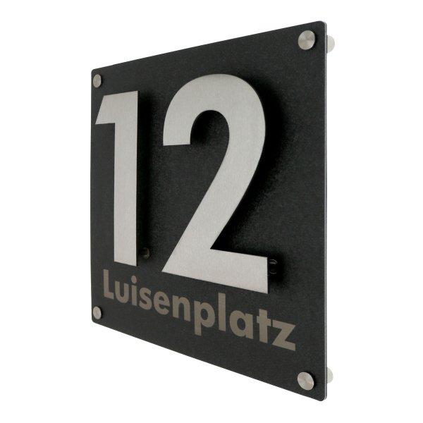 Edelstahlhausnummer auf hochwertiger Struktur-Dibondplatte mit Straßenname